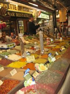 L'étal des épices et plantes aromatiques sur le marché du Cours Massena à Antibes vous ravira toujours par ses couleurs et ses odeurs.