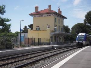 Ce train de la SNCF dessert les gares à l'ouest de Marseille, de Marseille à Miramas ; il dessert notamment les gares de Sausset les Pins et de Martigues, très utile pour se promener dans les villages de la côte.