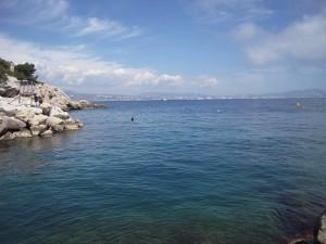 Au loin, à peine visible mais bien présente, la ville de Marseille...